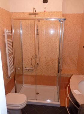 Trasformazione della vasca in doccia novabad azienda for Doccia a muro